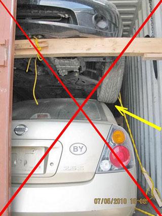 4 автомобиля в контейнере - колесо на крыше нижного авто