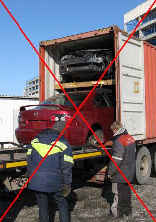 авто на днище вытягивают из контейнера без колёс